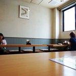 津々井 - 午前11時半頃の店内。女子のひとり客2名。