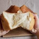 天然酵母の食パン専門店 つばめパン &Milk - 料理写真:北海道美瑛産絹香食パン