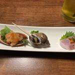 肉と魚の寿司 yokaichi - つきだし(サーモン中落ち、バイ貝煮付、鯛の湯引き)