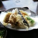 うどん屋  開都 - 野菜天ぷらは舞茸、南瓜、茄子、薩摩芋、獅子唐だったはず。