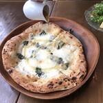 キンボシ パスタ カフェ - クアトロフォルマッジ(4種のチーズのピッツァ)
