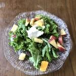 キンボシ パスタ カフェ - 季節の果実とリコッタチーズのハーフサラダ