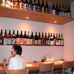 宵の月 - 白木を基調とした店内。地酒と焼酎各種を店内にディスプレイして、和食の店をアピール!