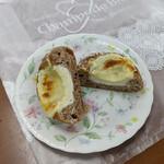 シャン ド ブレ - 『3種チーズの胡椒パン』  227円(税込)