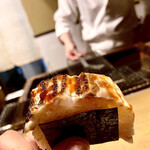 130972777 - 炙りイサキ棒寿司〜めっちゃ大きなイサキ。棒寿司にするには半身は大き過ぎるので腹身はカット。だか、脂ののりはかなり濃い。手渡しで頂きます。
