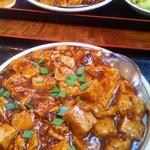 13098129 - マーボー豆腐定食(780円) 辛さUP 麻婆豆腐アップ 向こうに見えるのはスタンダード麻婆