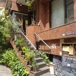 麹町カフェ - この階段の上だけど、住所は1階になってるよ