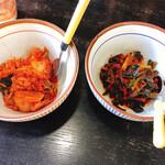 にらなんばんラーメン 香麺 - ニラとキムチがついてくる(多分これ二人用)