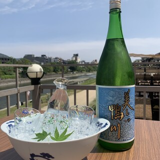 日本酒や焼酎など、お料理に合わせた多彩なお飲み物を片手に…