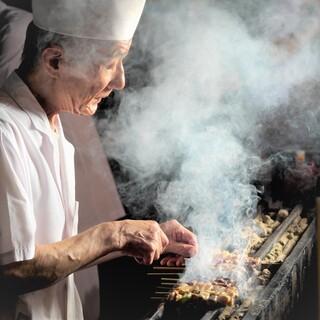 朝挽きの新鮮素材を毎日串打ち、職人が炭火で焼き上げます
