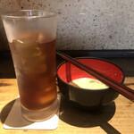 鐵の家 - ウーロン茶418円、お通し(酒粕豆乳スープ)374円。夏でもお通しは、粕汁です(^_^;)