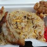 大陸 - 料理写真:持ち帰り「焼き飯」に、から揚げ&餃子