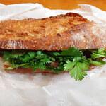 131024068 - 「自家製ラムベーコンとたっぷりパクチーのサンドイッチ」