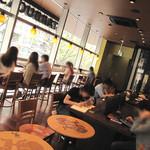 スターバックス・コーヒー - 2階は、窓際のカウンター席・対面カウンター席に加え、テーブル間が広いテーブル席があり、ゆったりした空間。