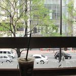 スターバックス・コーヒー - 窓際のカウンター席からは国体道路が見えます。多分夜もキレイでしょうね。