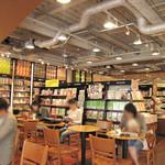 スターバックス・コーヒー - スターバックスコーヒーで購入したドリンクを片手に、購入前の本や雑誌をTSUTAYA店内にあるスタバ店舗内で試し読みできます。