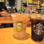 スターバックス・コーヒー - アタシは夏のマイ定番・ソイラテ(アイス)を注文しました。右は同僚のアイスコーヒーの何かです。