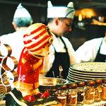 印度料理シタール - オープンキッチンではコックさんたちの料理する姿が見られます。