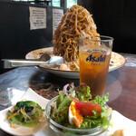 131037390 - 海炸麺・1390円。平日サービスの前菜3種盛りと。
