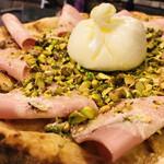 ラ・ピッコラ・ターヴォラ - 「ブッラティーナ」後乗せまるごとブッラータチーズは中にクリームがたっぷりなので食べる直前にナイフで切ってください。ピスタチオとモルタデッラハム