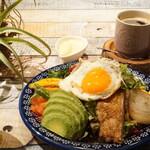 友安製作所カフェ - グリルチキンと彩り野菜のサラダランチ