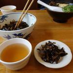 長住うどん - サービスの昆布の佃煮とそば茶。