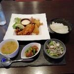 LEVEL4 - 日替ミックスフライ定食850円。エビ·カキ·サバ·イカ。
