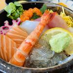 さしみ屋 - さしみ屋丼はミニ海鮮丼だが 結構色々のってて美味しい 人気のさしみ屋セットは¥1300-