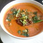 13107554 - 坦々麺(ハーフサイズ)スープは赤いですが、それほど辛くはありません。逆に旨味を感じます。
