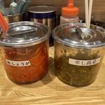 関西 風来軒 - 味変に紅生姜、辛子高菜、ゴマ