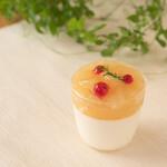 みによん - 期間限定【グレープフルーツ杏仁】杏仁風味のグレープフルーツのババロアに、ゼリーとグレープフルーツを飾った夏向きのカップスイーツ
