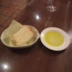 デリツィオーゾ フィレンツェ - 自家製パン(フォカッチャ) & オリーブオイル
