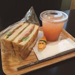 キューブカフェ ロハスクラブ - 何かのサンドイッチと ピンクグレープフルーツジュース