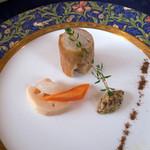 13110303 - 自家製のフランクフルトにお野菜の酢漬け。オードブル1品目です。
