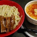 勢拉 - つけ麺(中盛り、ネギ増し)・極太黒メンマトッピング・辛味トッピング・一味唐辛子、おろしニンニクいっぱい
