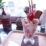 直島カフェ コンニチハ - いちごのかわいいパフェ♥♥