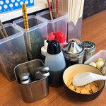 なおちゃんラーメン - 卓上の調味料。いっぱいあってウレシイけどボクはニンニクチップのみ!