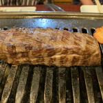 焼肉の浩養園 - カイノミステーキは、まず表面から焼きます