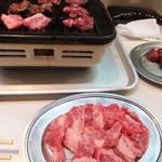 焼肉 カワシマ - カウンターからの撮影です。