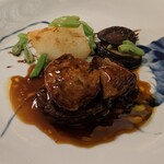 Yokohamamotomachimutekirou - 国産・牛フィレ肉のステーキ フォアグラ乗せ 黒胡椒ソース、ポテトと椎茸のオーブン焼き ブルギニョン風