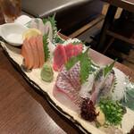 磯べゑ - 磯べゑ鮮魚盛り五点 ¥1,588       (左から)スズキ、サーモン、印度マグロ、真鯛、アジ
