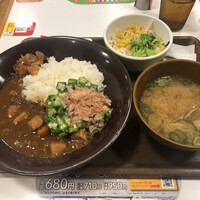 すき家-かつおぶしオクラカレー、野菜サラダ・あさり汁セット