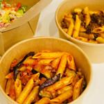 アベーテ - 茄子とベーコンのトマトソース、ミートソース、カップ シーザーサラダ
