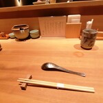 131172290 - 最初に、カウンター上に、鯛のお刺身と黄身醤油がきます