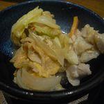 地酒とそば・京風おでん 三間堂 - 豚肉辛みそ陶板焼き(取り分け後)