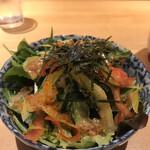 魚河岸 次郎松 - 次郎松御前3800円。サラダ。レタス、水菜、パプリカのシンプルな生野菜に、トビコ、海苔がトッピングされています。ドレッシングがとても好みで、とても美味しくいただきました(╹◡╹)