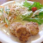 裏口の珈琲屋 - お食事セット 950円 の自家製メンチカツ、サラダ