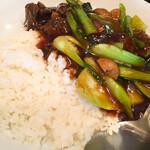 泰興楼 - サービスランチ 牛バラ肉の角煮・かけご飯  美味しいが、たまに脂の少ないボソボソのブロックも。