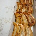 餃子の王将 - 2012年5月のお土産。焼きムラ。不味い。以前撮影した餃子と比較したら歴然としてるやろ。