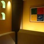 エクセルシオールカフェ - 螺旋階段上のディスプレイ&照明(落ち着いててエエ)